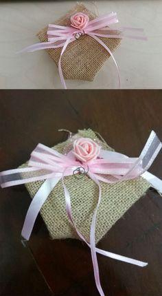 Sacchetto per la bomboniera realizzato in iuta con rosellina e nastri rosa.