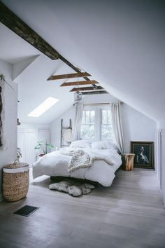 What kind of ceiling decor should you use in an attic bedroom? Great ways to decorate an attic bedroom and improve your house resale value. design master modern ceilings Attic Bedroom - How to Decorate Attic Bedrooms Attic Bedrooms, Bedroom Loft, Dream Bedroom, Home Decor Bedroom, Attic Loft, Attic Office, Warm Bedroom, Attic Playroom, Loft Room