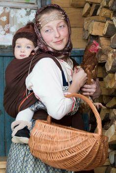 Russian mother with her baby on her back. © Foto: nakleikina, fotki.yandex.ru