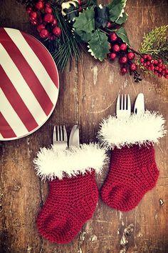 As botinhas de crochê da Ciça Cordeiro guardam os talheres na mesa (Decoração de Natal   Christmas decor) #natal #navidad #christmas