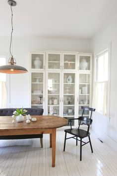white built ins in a dining room with wood table Living Room White, Home And Living, Style At Home, White Painted Wood Floors, White Wood, White Built Ins, Cottage Dining Rooms, Minimalist Home Interior, Dining Room Inspiration