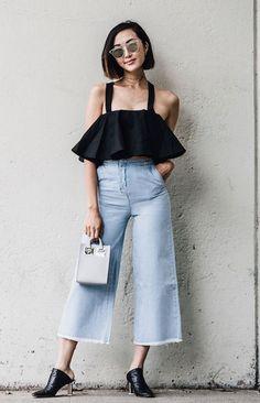 Top cropped com babado, pantacourt jeans com barra desfiada, mule preto