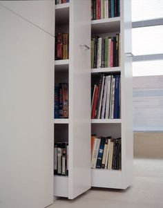 Boekenkasten mooi weggewerkt. Retractable bookshelves inside Claudio Silvestrin's home.