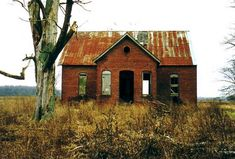 The old school house on Mechanicsburg Road in Harrison Township (Indiana) Old Abandoned Buildings, Old Buildings, Abandoned Places, Abandoned Mansions, Old School House, School Days, School's Out Forever, Abandoned Train Station, Country School