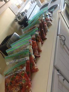 Voici quelques idées de recettes pour mijoteuse, qui peuvent être facilement être préparé d'avance, et congelé dans un sac ziploc. Slow Cooker Recipes, Crockpot Recipes, Cooking Recipes, Cooking Ideas, Dump Dinners, Freezer Meals, Freezer Recipes, Freezer Cooking, Batch Cooking