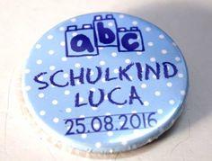 Ein Button / Anstecker in blaue Farbe mit individuellem Text und Datum gestaltet. Für alle Kinder die Bausteine lieben. Für das stolze Schulkind 2016. Als Schultütenfüllung oder einfach so als Orden zum Anstecken. Eine schöne Erinnerung an diesem wichtigen Schultag.