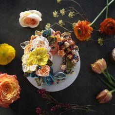 ㅡ 주말에 선물받은. 꽃들과. ⚜️ party cake design. Soocake. ㅡ #flower #cake #flowercake #partycake #birthday #weddingcake #buttercreamcake #buttercream #designcake #soocake #플라워케익 #수케이크 #꽃스타그램 #버터크림플라워케이크 #베이킹클래스 #플라워케익클래스 #생일케익 #수케이크 #러넌큘러스 www.soocake.com vkscl_energy@naver.com
