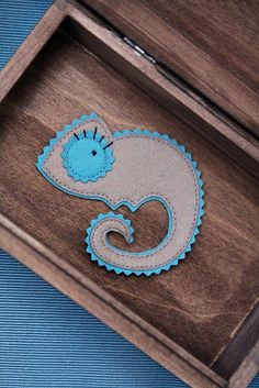 Leons pretty wife is made of luxurious merino felt in taupe and carribean blue. The brooch has a pinback. The second picture is for size reference Felt Diy, Felt Crafts, Diy Crafts, Chameleon Craft, Felt Brooch, Felt Patterns, Finger Puppets, Wool Applique, Felt Fabric