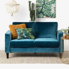 home interior design blue couch Cozy Living Rooms, Living Room Interior, Living Room Decor, Apartment Interior, Cozy Sofa, Couch And Loveseat, Teal Sofa, Teal Velvet Sofa, Comfortable Couch