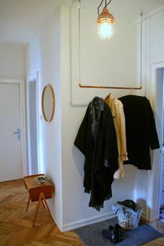 un portant vêtement minimaliste en tube cuivre
