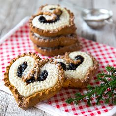 Piparit ja tortut ne yhteen soppii! Kaksi jouluista klassikkoa yhdistyivät suloisiksi sydämiksi. Sweet Desserts, Holiday Desserts, Sweet Recipes, Cake Recipes, Xmas Food, Christmas Baking, Christmas Kitchen, Desert Recipes, Creative Food
