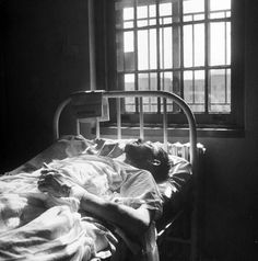 Patient receiving insulin shock therapy treatment in mental hospital, which causes a coma condition in this patient. Location: Worchester, MA, US Date taken: August 1949 ANTIPSIQUIATRÍA Por ADOLFO VÁSQUEZ ROCCA