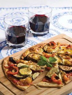 Η πίτσα στη «διατροφή» συνήθως είναι ένα απαγορευμένο είδος. Εδώ όμως με κάποια έξυπνα κόλπα, ζύμη δικής μου παρασκευής, toppings από νόστιμα λαχανικά στη σχάρα και τυρί edam χαμηλό σε λιπαρά, έφτιαξα μια πίτσα χαμηλή σε θερμίδες.