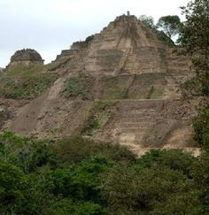 Esta es una pirámide. Fue construido por los mayas . Se encontró recientemente. Está en la cima de una montaña .