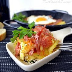 Scrambled Eggs with Serrano Ham. Scrambled eggs with Spanish Serrano ham a famous and easy Tapas recipe from Spain! Healthy Egg Recipes, Tapas Recipes, Ham Recipes, Real Food Recipes, Cooking Recipes, Breakfast Time, Breakfast Recipes, Breakfast Menu, Spanish Tapas