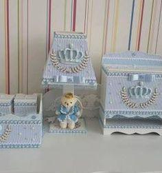 kit higiene bebe listrado azul bebe coroa menino Kit Bebe, Decoupage, Diy And Crafts, Decorative Boxes, Wood, Cute, Home Decor, Baby Shower Gifts, Pedestal Tables