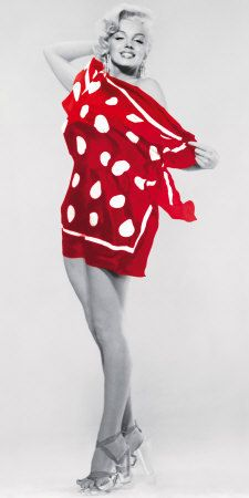 A glamorous Marilyn Monroe mural in black, white and red. This classic image shows Marilyn on the beach, smiling behind a polka dot towel. The perfect mural for a door. Estilo Marilyn Monroe, Marilyn Monroe Fotos, Young Marilyn Monroe, Most Beautiful Women, Beautiful People, Divas, Pin Up, Howard Hughes, Norma Jeane