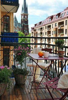 decoration-jardiniere-exterieure-table-et-chaise-pliantes-rose-pétit-déjeuner-housse-blanche