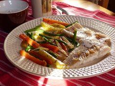 Tavaszváró, gyors, könnyű, színes ebéd. Tengeri hal roston, borsos, petrezselymes tejföllel és oreganós ...