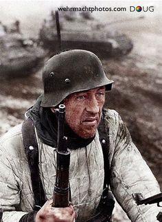 Un soldat de la Wehrmacht sur le front de l'Est. Most likely at Stalingrad because he is wearing the Russians' Winterjacket. The German Winterjacket looked different. Ww2 Uniforms, German Uniforms, Ww2 Pictures, Ww2 Photos, German Soldiers Ww2, German Army, Nagasaki, Hiroshima, Germany Ww2