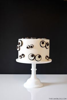 I am loving this simply designed, easy to make Halloween dessert! This DIY Monster Eye Cake recipe can bring your Halloween party to the next level with just a few cookies and candies. Halloween Desserts, Halloween Cupcakes, Spooky Halloween Cakes, Bolo Halloween, Fete Halloween, Halloween Decorations, Halloween Birthday Cakes, Halloween Smash Cake, Halloween Buffet