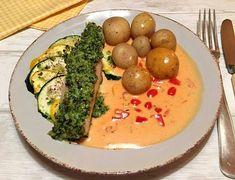Mørksej med persille/parmesan-panade bagt på en bund af squash, serveret med nye kartofler og tomatberiget flødesovs