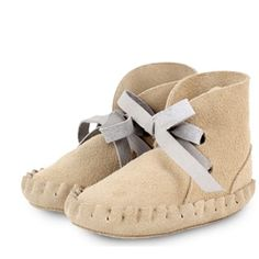 These Dutch imports are a great fit for the Canadian Fall/Winter season. Leather Booties in Cream! | ella+elliot | Toronto | Vancouver | Canada | Christmas shopping for the modern baby and kids. #booties #babybooties #babyshoes #leatherbooties #amsterdam #dutch #netherlands