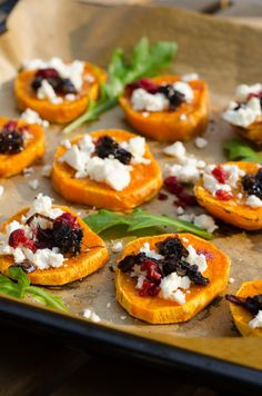 Sweet potato crostini with balsamic onions and cranberries // marsmaedchen.n… Sweet potato crostini with balsamic onions and … - Thanksgiving Appetizers, Holiday Appetizers, Thanksgiving Recipes, Party Appetizers, Party Fingerfood, Fiestas Party, Holiday Recipes, Potatoe Skins Recipe, Potato Skins