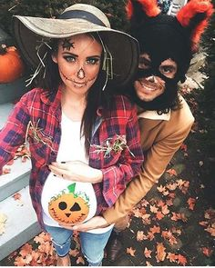 10 Halloween Costumes for Pregnant Women: #7. SCARECROW AND PUMPKIN COSTUME #halloweencostumeideas Halloween Costumes Pregnant Women, Halloween Costumes Scarecrow, Diy Scarecrow, Pregnancy Costumes, Halloween Outfits, Costumes For Women, Maternity Halloween, Maternity Costumes, Superhero Halloween