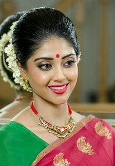 Wedding makeup artist and hair stylist London - Shalomi Beautiful Blonde Girl, Beautiful Girl Indian, Beautiful Indian Actress, Bridal Makeup Looks, Indian Bridal Makeup, Indian Bridal Hairstyles, Wedding Makeup Artist, Beauty Full Girl, Indian Beauty Saree