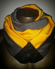Sciarpa uomo doubleface grigio/giallo in lana, seta e viscosa, con sormonto in pelle etica chiusa da calamita.