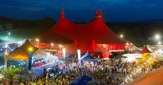 Das 33. Zelt-Musik-Festival in Freiburg - Mit 33. Festivaljahren ist das ZMF schon lange erwachsen, doch von Midlifecrisis ist noch nichts zu spüren. Das älteste Zeltfestival Deutschlands ist in den Besten Jahren und erfreut sich bei den Freiburgern großer Beliebtheit. 120.000 Zelt-Liebhaber, Musik-Fans und Festival-Freunde werden im Juli auf das Gelände zwischen den grünen Hügeln in Nachbarschaft zum Tiergehege und Naturerlebnispark Mundenhof pilgern.
