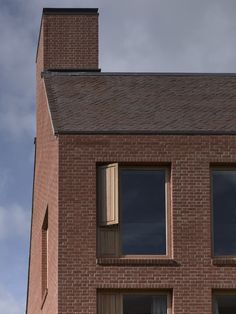 Image 7 of 27 from gallery of Dancy House, Marlborough College / Allies and Morrison. Photograph by Nick Guttridge Brick Architecture, Architecture Details, Marlborough College, Architectural Materials, Suburban House, Boarding House, Brick Facade, Window Styles, Building Exterior