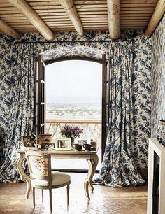 I love when the Curtains and wallpaper match it makes a room sing. Would love try this at home. I Carolina Herrera (Jr. Home Office, Blue Master Bedroom, Pretty Bedroom, Matching Wallpaper, World Decor, Interior And Exterior, Interior Design, Diy Home, Home Decor