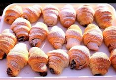 Rogaliki to idealna propozycja na deser dla całej rodziny. Zazwyczaj przygotowuje się je z drożdży, jednak my proponujemy nieco inny przepis. Do zrobienia rogalików potrzebujesz zaledwie 4 składników. Croissants, Bread Recipes, Cooking Recipes, Croissant Recipe, Croatian Recipes, Sausage, Sweet Tooth, Berries, Muffin