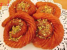 تحلاية السهره مين بحب المشبك الحلبي حلويات حلويات عربية Arabic Dessert, Arabic Food, Lebanese Recipes, Desert Recipes, Deserts, Sweets, Cupcakes, Cookies, Drink