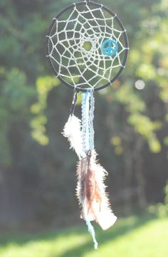 noun/ˈdrēmˌkaCHər/ /-ˌkeCH-/ A small hoop containing a horsehair mesh, or a similar construction of string or yarn, decorated with feathers and beads, believed to give its owner good dreams. Diy Projects To Try, Art Projects, Diy Dream Catcher Tutorial, Indian Crafts, Arts And Crafts, Diy Crafts, Fun Activities For Kids, Creative Gifts, Kids Christmas