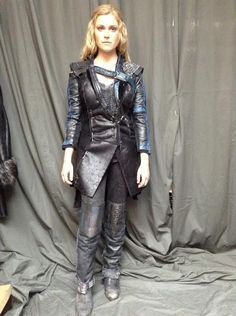 Eliza Taylor as Clarke Griffin on The 100 Clarke The 100, Lexa The 100, The 100 Clexa, The 100 Cast, The 100 Show, Eliza Taylor, Cosplay Outfits, Cosplay Costumes, Cosplay Ideas