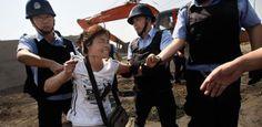 sloggiati-e-maltrattati-dalla-polizia-cinese (512×250)