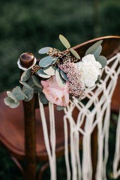 Blumenverzierung Für Die Stühle Auf Eurer Sommerhochzeit Im Freien.  Kombiniert Makramee Mit Blumen Und Zarten