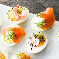 Ägg gillar lax, som gillar rom, som gillar crème fraiche. Ja, du hajar. Lika lyxigt goda som snygga ägghalvor med en fräsch touch av citron. Genom att hårdvispa crème fraichen får du en klick som håller stilen på ägghalvorna. Räkna med strykande åtgång! Easter Recipes, Appetizer Recipes, Snack Recipes, Cooking Recipes, Snacks, Swedish Dishes, Swedish Recipes, New Recipes, Xmas Dinner