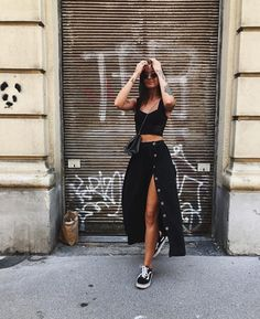 casual completely black midi skirt outfit with old Skool-Vans . - Healthy Skin Care - casual completely black midi skirt outfit with old Skool vans # Midi Rock Outfit, Outfit Chic, Stylish Outfits, Mode Outfits, Skirt Outfits, Dress Ootd, Heels Outfits, Sweater Outfits, Girl Fashion