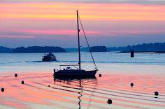 """Un mouillage, le soir, devant l'ile aux moines dans le Golf du Morbihan - """"Quel beau golfe que celui du Morbihan dont le nom signifie « petite mer » en breton ! (56) France"""