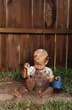 Ce petit bonhomme ce fait une cure thermal de boue? Il a tout compris!!