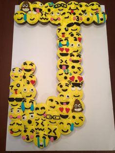"""""""J"""" Emoji Cupcake Cake"""
