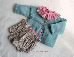 Con hilos, lanas y botones: DIY cómo hacer una chaqueta de punto para bebé Baby Cardigan Knitting Pattern, Baby Knitting, Knitting Patterns, Boho Shorts, Denim Shorts, Present Wrapping, Couture, Knit Dress, Knit Crochet
