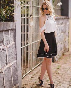 Sabe aquela sainha justinha na cintura, mas que vai abrindo no comprimento? Então… é essa mesma! Ela está super em alta porque tem muito a ver com o look vintage que está voltando com tudo  !! #Saia #saiaevase #look #preto #fashion #comousar #saiapreta #style