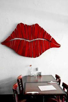 Decoracion de unos labios formados por madera