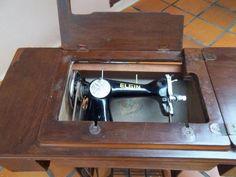 Antiga maquina de costura com gabinete                                                                                                                                                     Mais