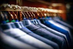 Rolling garment racks make it simple to rearrange any store layout. with many rolling models, users can easily rearrange stores and move items around the Konmari Methode, Store Layout, Web Design, Design Ideas, Design Girl, Store Design, Design Projects, Male Fashion Trends, Garment Racks